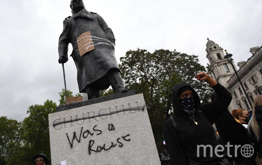"""В Лондоне демонстранты написали на памятнике Уинстону Черчиллю фразу """"был расистом"""". Фото Getty"""
