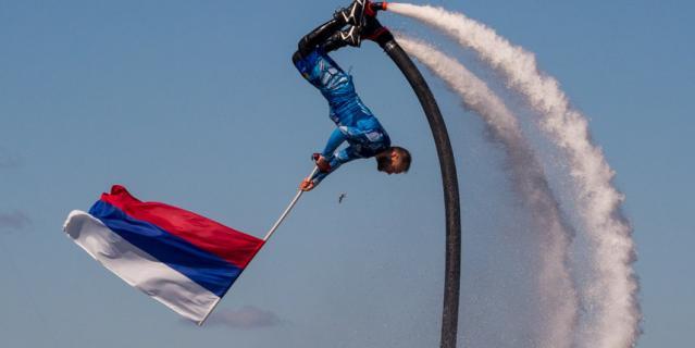 Над акваторией Невы подняли флаг России.