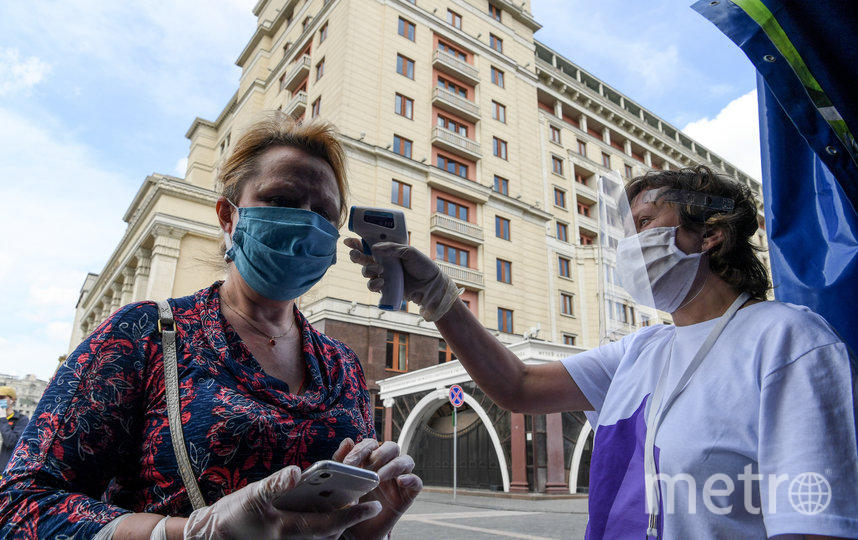 В Москве из-за виурса продолжает действовать масочный режим. Фото AFP