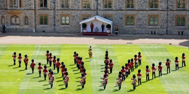 Короткая военная церемония прошла во внутреннем дворике Виндзорского замка.