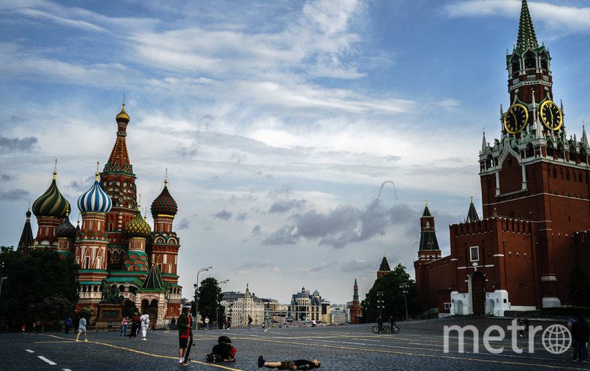 В Москве из-за вируса пока сохраняется масочный режим. Фото AFP