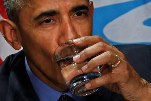 """...в то время как Обама держит стакан воды одной рукой, """"играючи"""". Фото Скриншот Twitter @everybodyzzmama"""