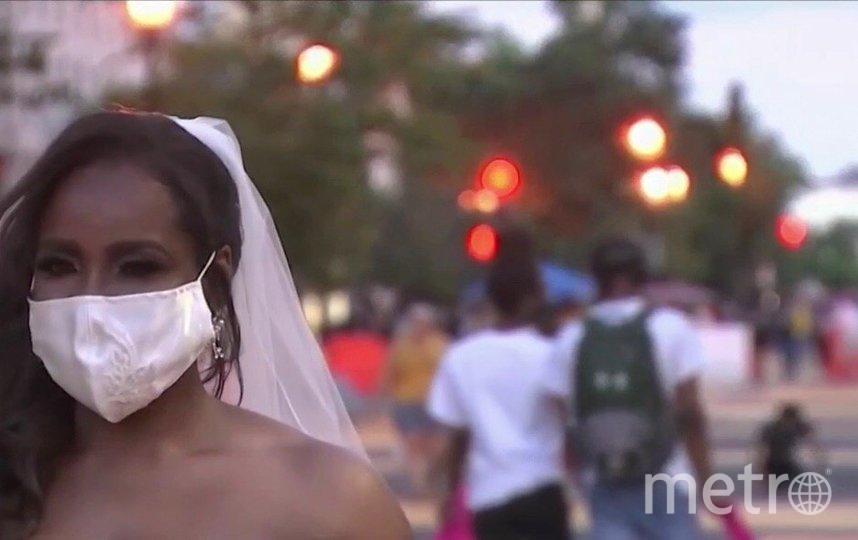 Мишель Дэвис на фоне демонстрантов. Фото Скриншот NBC News