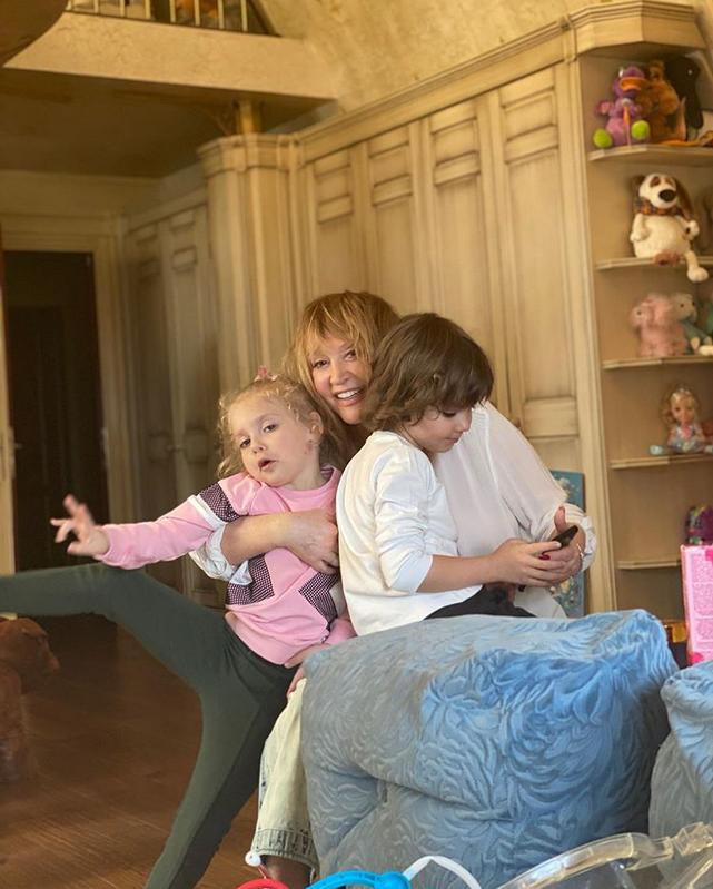 Алла Пугачёва с детьми - Гарри и Лизой. Фото Instagram @maxgalkinru