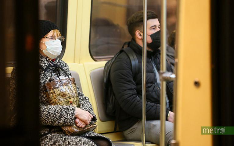 """Маски и перчатки в метро нужны как никогда. Фото Василий Кузьмичёнок, """"Metro"""""""