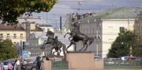 На Аничковом мосту повредили одного из коней