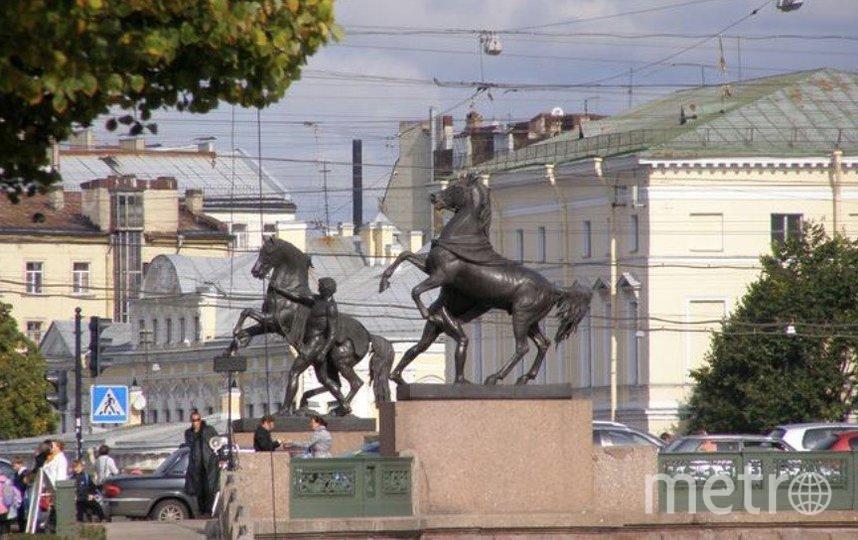 """Надломлены бронзовые поводья одного из коней, за которые держится скульптурный юноша. Фото """"Metro"""""""