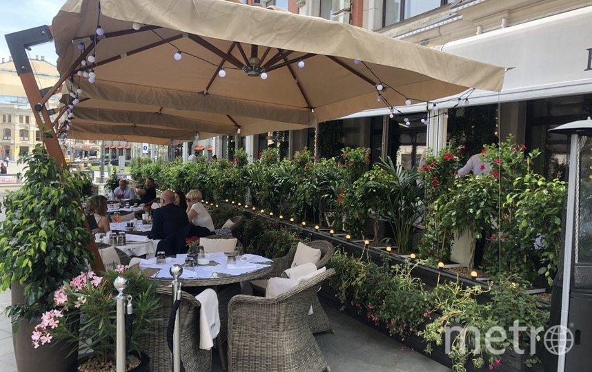"""В ресторане """"Большой"""" не ограничивают число гостей столами, но расстояние между ними увеличено. Фото Мария Беленькая, """"Metro"""""""