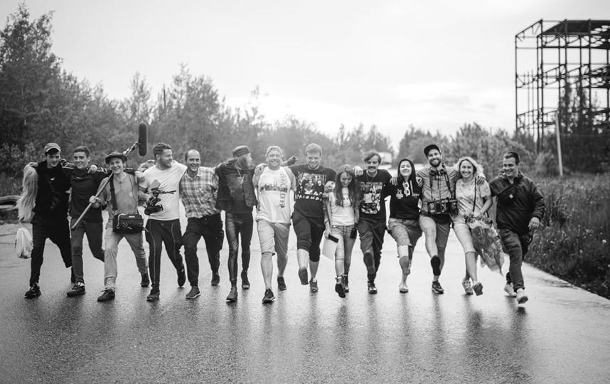"""Антон Лапенко (пятый справа) и команда шоу """"Внутри Лапенко"""". Фото www.instagram.com/anton_lapenko/, """"Metro"""""""