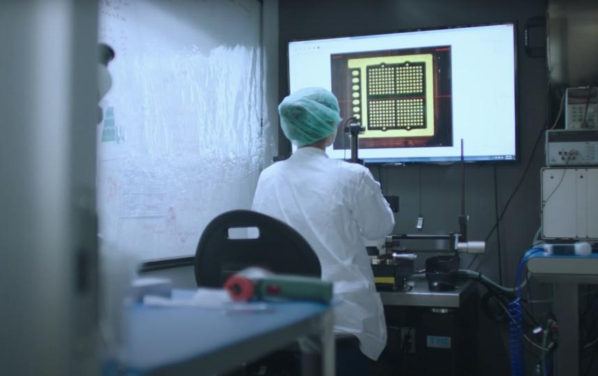 Разработка чипа. Фото Скриншот презентации Neuralink, Скриншот Youtube