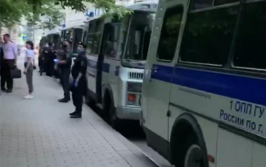 """На Патриарших выстроилась целая колонна полицейских автобусов. Фото telegram-канал """"Московские новости"""""""