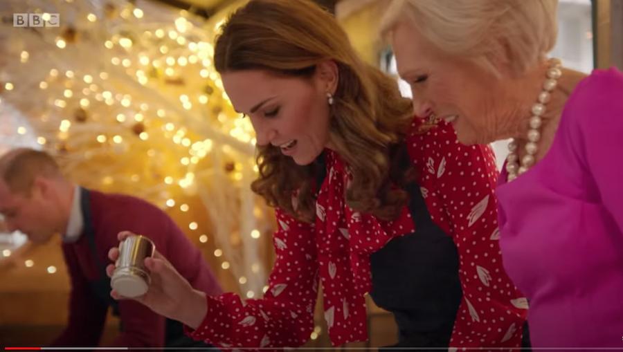 Кейт Миддлтон готовит под руководством Мэри Берри. Фото скриншот с видео