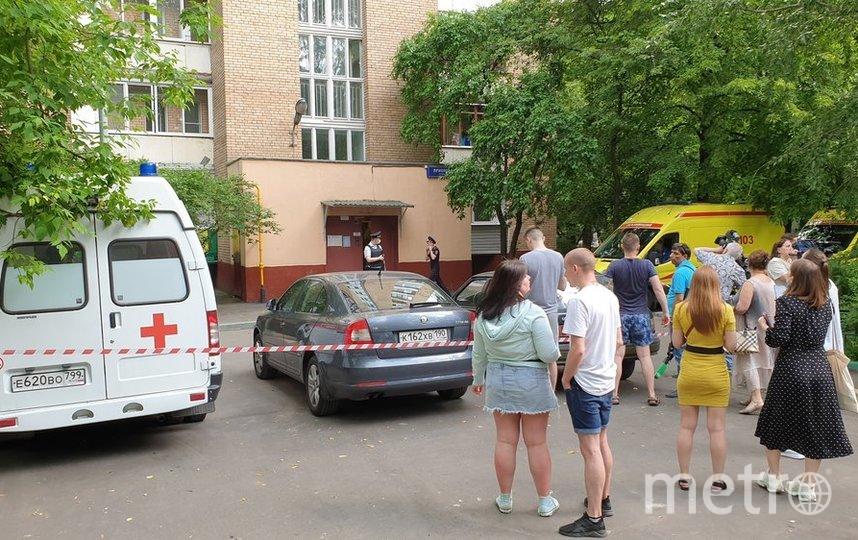 """Оперативные службы около дома на севере столицы, где в результате стрельбы погибли четыре человека. Фото АГН """"Москва""""/Мобильный репортёр"""