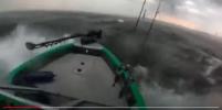 Видео: рыбак на маленькой лодке пережил шторм в Финском заливе