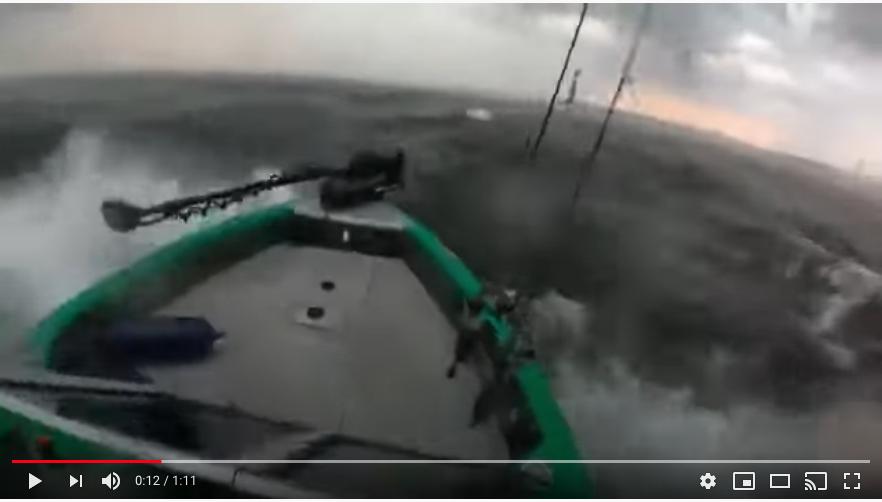 Рыбак попал в шторм в Финском заливе 18 июня. Фото скрин-шот, Скриншот Youtube