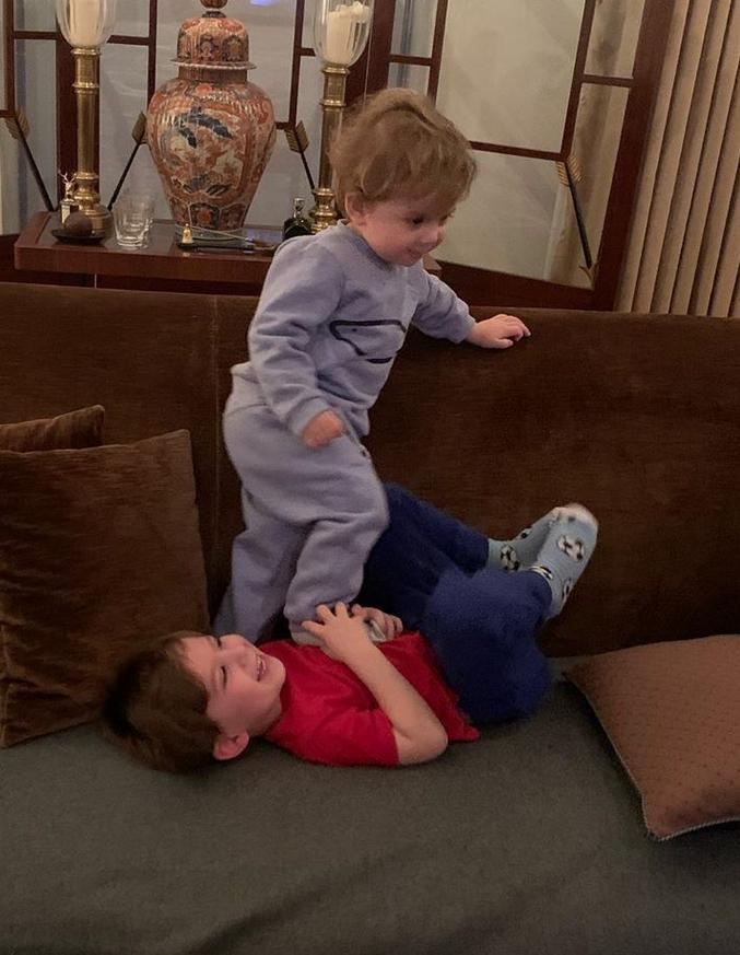 Дети в гостях у дедушки. Фото Instagram @marinayudashkina