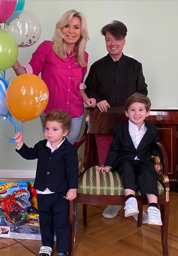 Дети с бабушкой и дедушкой на день рождения Толи. Фото Instagram @marinayudashkina