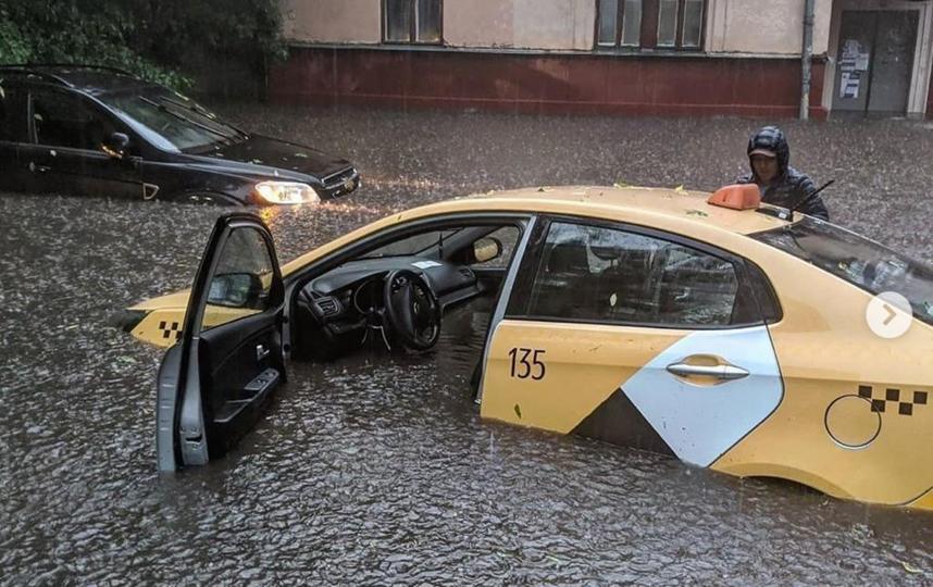 """В Москве потоп. 20.06.2020 г. """"Кто хотел в Венецию? Получайте"""". Фото Instagram @beauty_school_msc"""