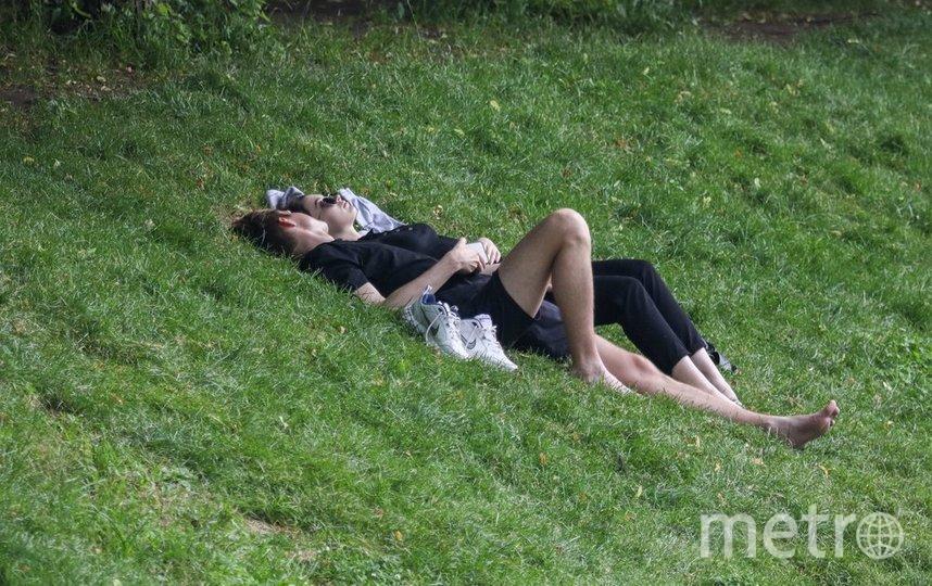 """В столице так тепло, что можно лежать на голой земле. Фото Андрей Никеричев, агентство """"Москва"""""""