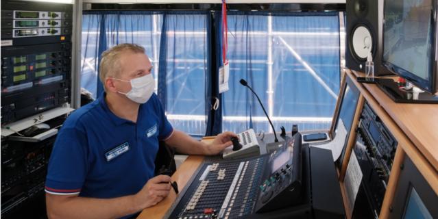 Звукорежиссёр Константин Щеголихин на связи со своей командой. Идёт настройка микрофонов.