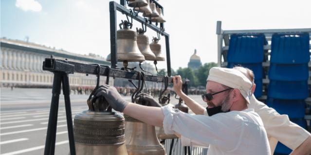 Звонарь собора Владимирской иконы Божией матери во время репетиции парада.