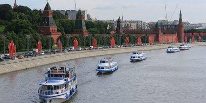В Москве прошёл первый речной парад после карантина: яркие фото