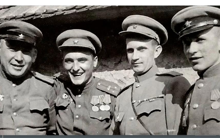 Лейтенант Н.В. Кривенко (второй слева) в День Победы. Австрия. 9 мая 1945 года. Фото mos.ru