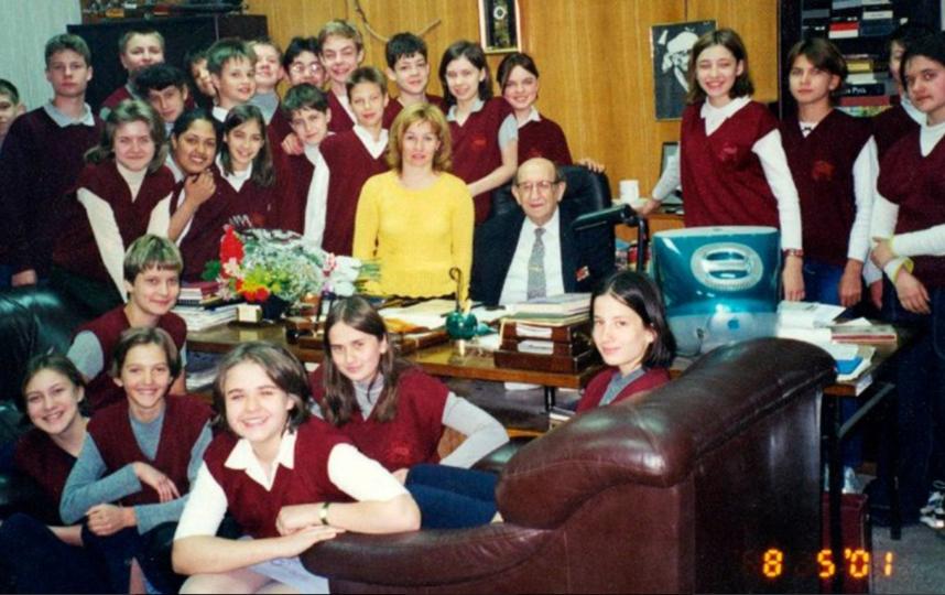 Л.И. Мильграм с учениками московской школы №45 (теперь школа №45 имени Л.И. Мильграма). Фото mos.ru