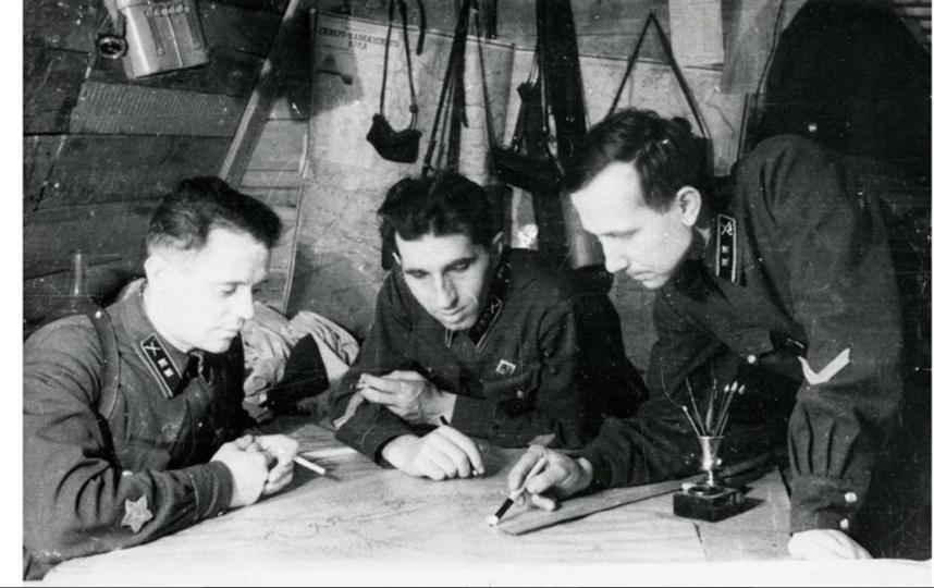 Политрук Агалаков, командир дивизиона старший лейтенант Павленко, начштаба лейтенант Скороходов (первый справа) на командном пункте второго дивизиона 744-го зенитно-артиллерийского полка. 1942 год. Фото mos.ru