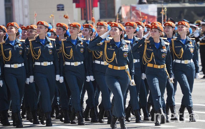 Сотрудницы МЧС на Параде Победы в Петербурге. Фото Святослав Акимов
