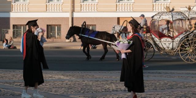 Китаянки в мантиях выпускников фотографировались на Дворцовой площади несколько часов.