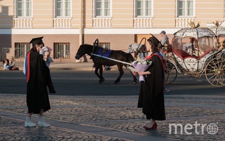 """Китаянки в мантиях выпускников фотографировались на Дворцовой площади несколько часов. Фото Алена Бобрович, """"Metro"""""""