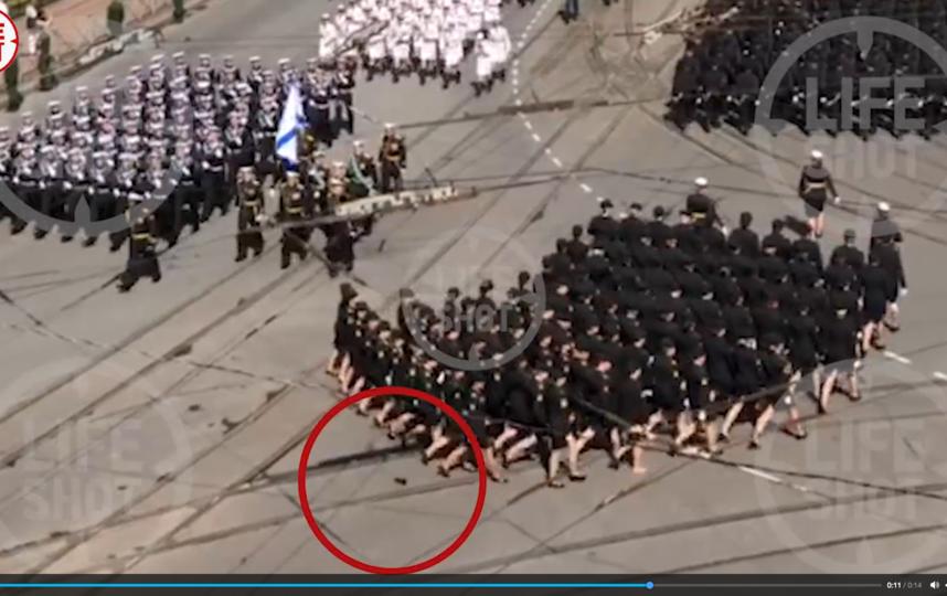 Туфля слетела, но строй не был нарушен. Фото Скриншот Youtube
