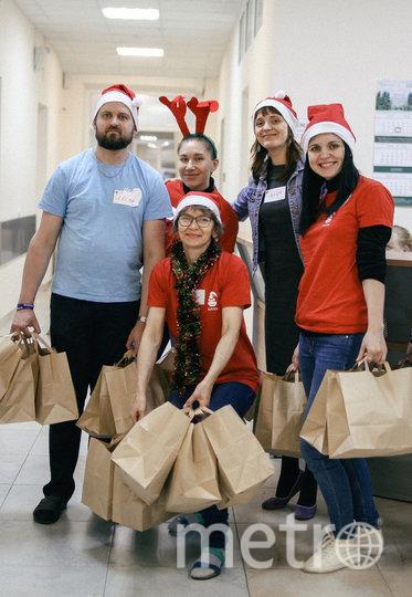 """Декабрь 2019 года. Волонтёры фонда разносят новогодние подарки своим подопечным. Фото  фонд Advita, """"Metro"""""""