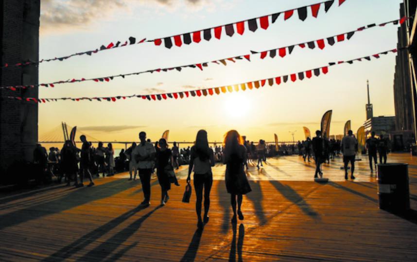 """Погулять теперь можно и на набережной """"Севкабель Порт"""". Фото piterlovefest.ru, """"Metro"""""""