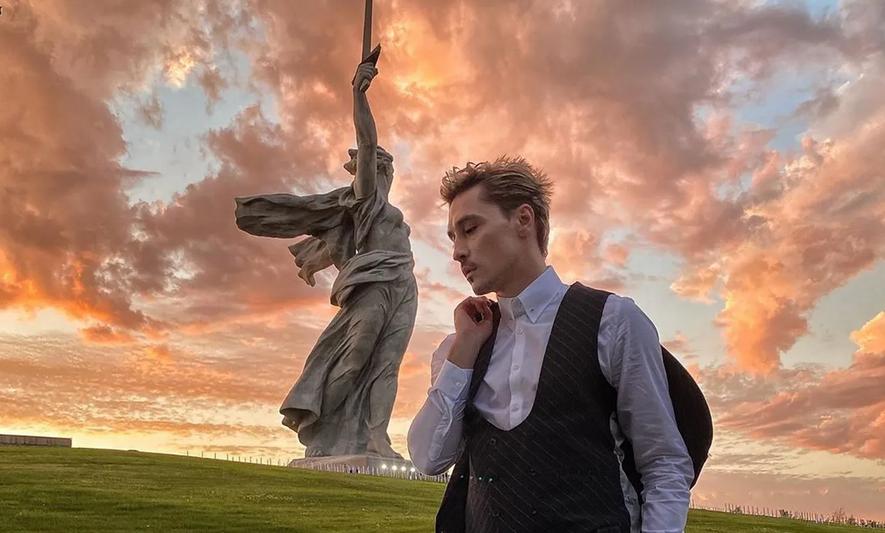 """Дима Билан и монумент """"Родина-мать зовет!"""" без фильтров. Фото Instagram @s_bezrukov"""