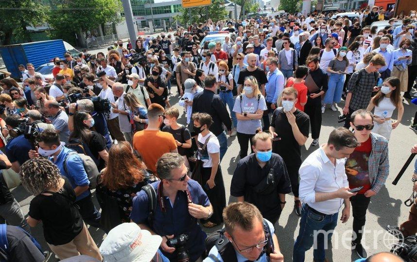Толпа у здания Мещанского суда, где судят Серебренникова. Фото Василий Кузьмичёнок