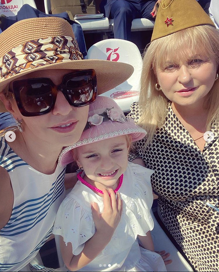 Татьяна Навка с семьёй. Фото Instagram @tatiana_navka