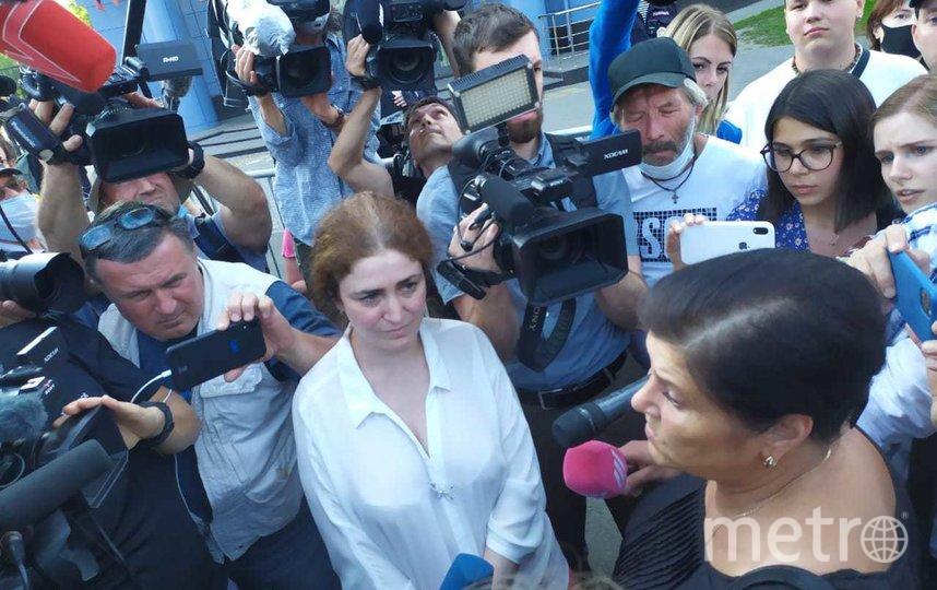 Ирины Повериновой (в чёрном) и Софья Апфельбаум (в белом) перед журналистами после оглашения приговора. Фото Руслана Карпова