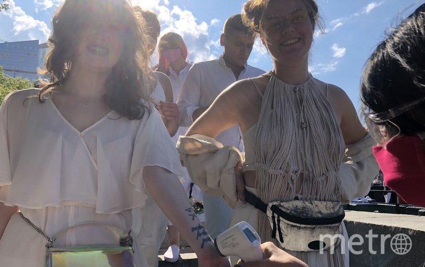 """Мало кто пришёл на вечеринку на корабле в маске, но температуру измерили всем. Фото Мария Беленькая., """"Metro"""""""
