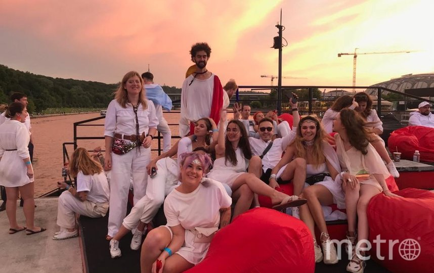 """Репортёр Metro побывала на полулегальной вечеринке на корабле White Sunset Boat Trip в Москве. Фото Мария Беленькая., """"Metro"""""""