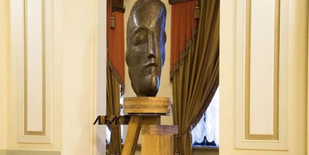 Скульптура Александра Блока в БДТ.