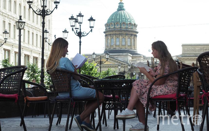"""Официанты пока не надеются на серьёзные чаевые: туристы в город так и не приехали. Не спасёт их и «полная посадка» – на верандах мест несравнимо меньше, чем внутри закрытых ресторанных залов. Фото Святослав Акимов, """"Metro"""""""