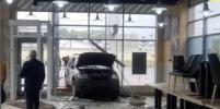 В Петербурге разыскивают водителя авто, въехавшего в кафе: момент попал на видео