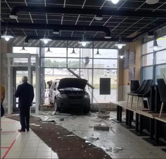 Авто въехало прямо в стену кафе-шавермы. Фото vk.com