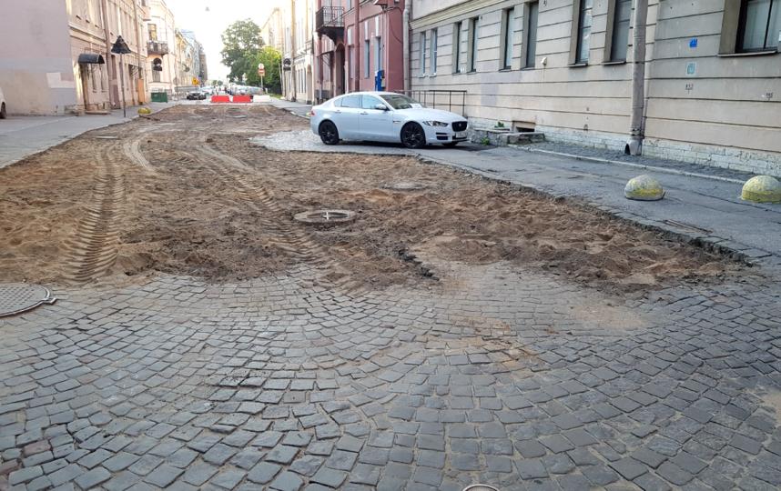 """В Тучковом переулке демонтируют брусчатку. Фото https://vk.com/vasilyevskiyostrov?w=wall-79200079_624152, """"Metro"""""""