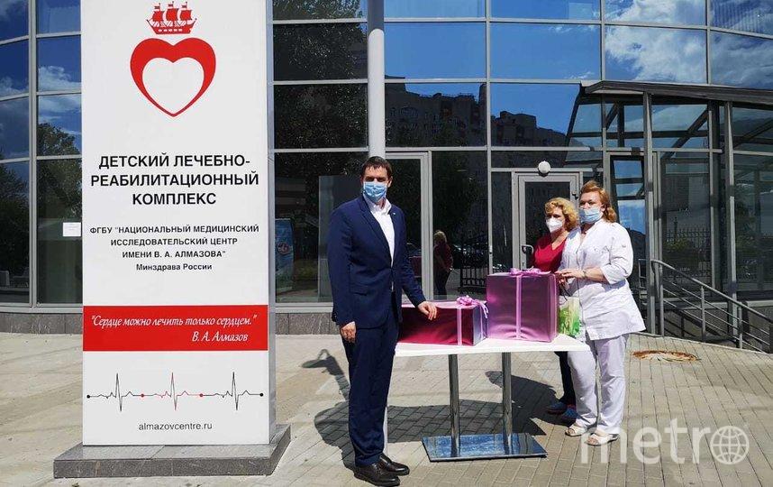 Анатолий Локотков вручает подарки центру им. В.А. Алмазова.