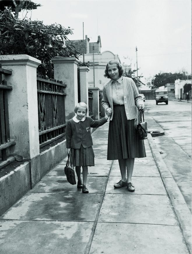 """Мария ведёт Джулиану в школу, 1960 год. Фото предоставила Juliane Diller, """"Metro"""""""