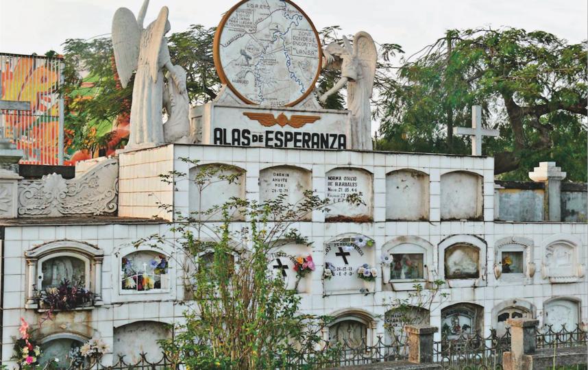 """Мемориал в Пукальпе, где погребены более 50 жертв авиакатастрофы. Фото предоставила Juliane Diller, """"Metro"""""""