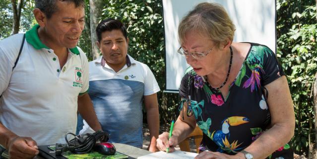 """Джулиана подписывает экземпляр своей автобиографии """"Как я упала с неба"""" на испанском."""